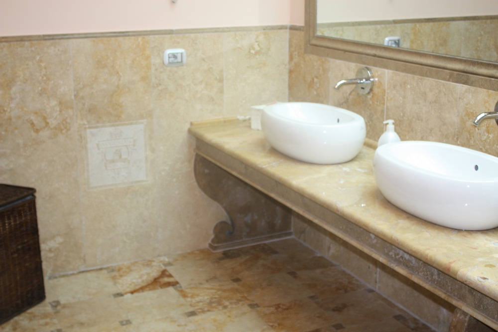 Le grandi opere gre tu for marmi - Bagno in travertino ...